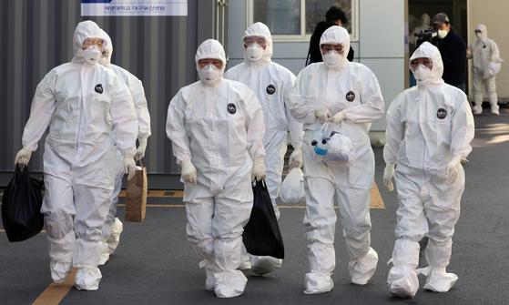 정치권을 중심으로 추경에 돈을 더 투입하는 '추경 증액론'이 기정사실화 되고 있다. 사진은 대구의 한 병원 의료진의 모습. 연합뉴스