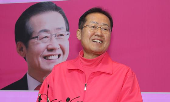 홍준표 전 자유한국당 대표가 12일 오후 경남 양산 선거사무실에서 경남 양산을 지역구를 포기하고 대구 지역에 무소속으로 출마하기로 했다고 밝히고 양산시민들에게 인사를 하고 있다. 송봉근 기자