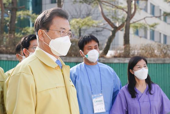 문재인 대통령이 12일 충남 천안 우정공무원교육원에 설치된 신종 코로나바이러스 감염증(코로나19) '충남대구1 생활치료센터'를 방문, 운영현황을 점검하고 있다. [청와대 제공]