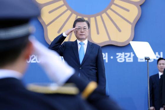 문재인 대통령이 12일 충남 아산 경찰대학에서 열린 신임경찰 경위,경감 임용식에 참석해 경례를 받고 있다. [청와대사진기자단]