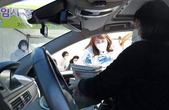 한 시민이 11일 제주시 한라도서관에서 '북 드라이브스루' 를 이용해 책을 빌리고 있다.[사진 제주도]