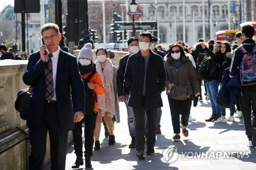 런던 시내에 마스크를 쓰고 돌아다니는 행인들. AFP=연합뉴스