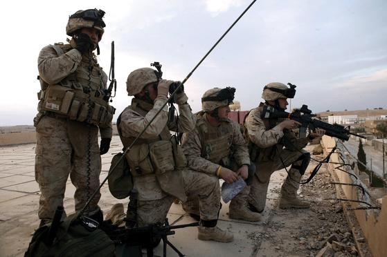 이라크에서 작전 중인 미군. 중앙포토