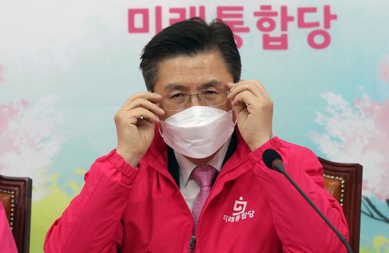 미래통합당 황교안 대표가 12일 오전 국회에서 열린 최고위원회의에서 안경을 고쳐 쓰고 있다. [연합뉴스]