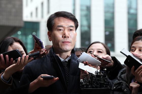 김병찬 총경이 2017년 11월 '댓글 사건' 수사를 방해한 혐의에 대해 조사를 받기 위해 서울중앙지검에서 출석하며 취재진의 질문을 받고 있다. 김경록 기자