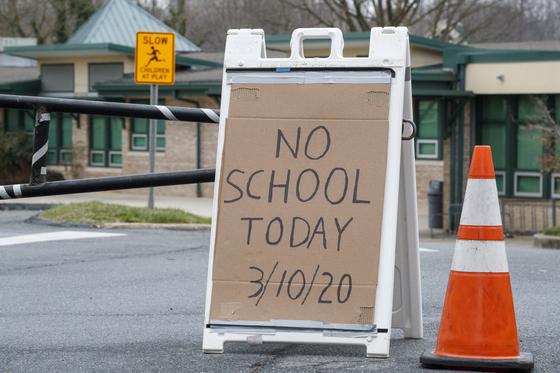 미국에서 신종 코로나가 확산하며 휴교령을 내리는 학교들도 늘고 있다. 워싱턴D.C의 한 학교에서 10일 문을 닫는다는 안내문을 내놨다. [EPA=연합뉴스]
