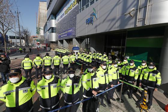 12일 오전 경찰이 대구 남구에 위치한 신천지교회(대구교회) 행정조사를 실시하기 위해 현장을 통제하고 있다. 연합뉴스