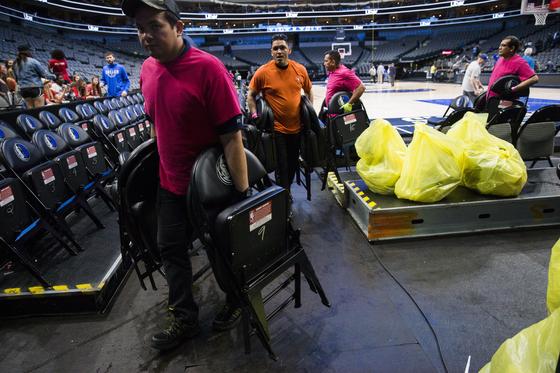 경기가 끝나고 의자를 치우고 있는 NBA 관계자들. AP=연합뉴스