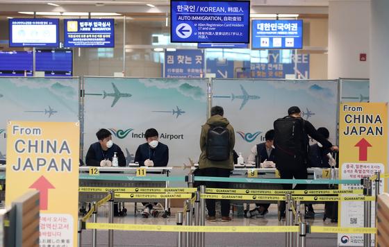 한일 두 나라 간 상호 무비자 입국이 중단된 9일 인천국제공항 2터미널에서 일본발 여객기를 타고 도착한 승객이 특별입국절차를 거치고 있다. 연합뉴스