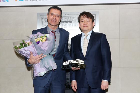 올해의 차 시상식이 12일 오후 중앙일보사에서 열렸다. 메르세덴스 벤츠가 수상하고 있다. 장진영 기자