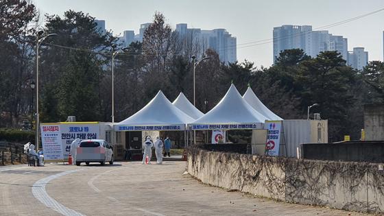 충남 천안시 서북구 천안종합운동장에 설치된 드라이브 스루 선별진료소. [중앙포토]