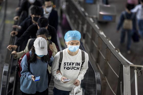 광저우의 고속철 역에서 마스크를 쓴 채 이동중인 승객들. [EPA=연합뉴스]