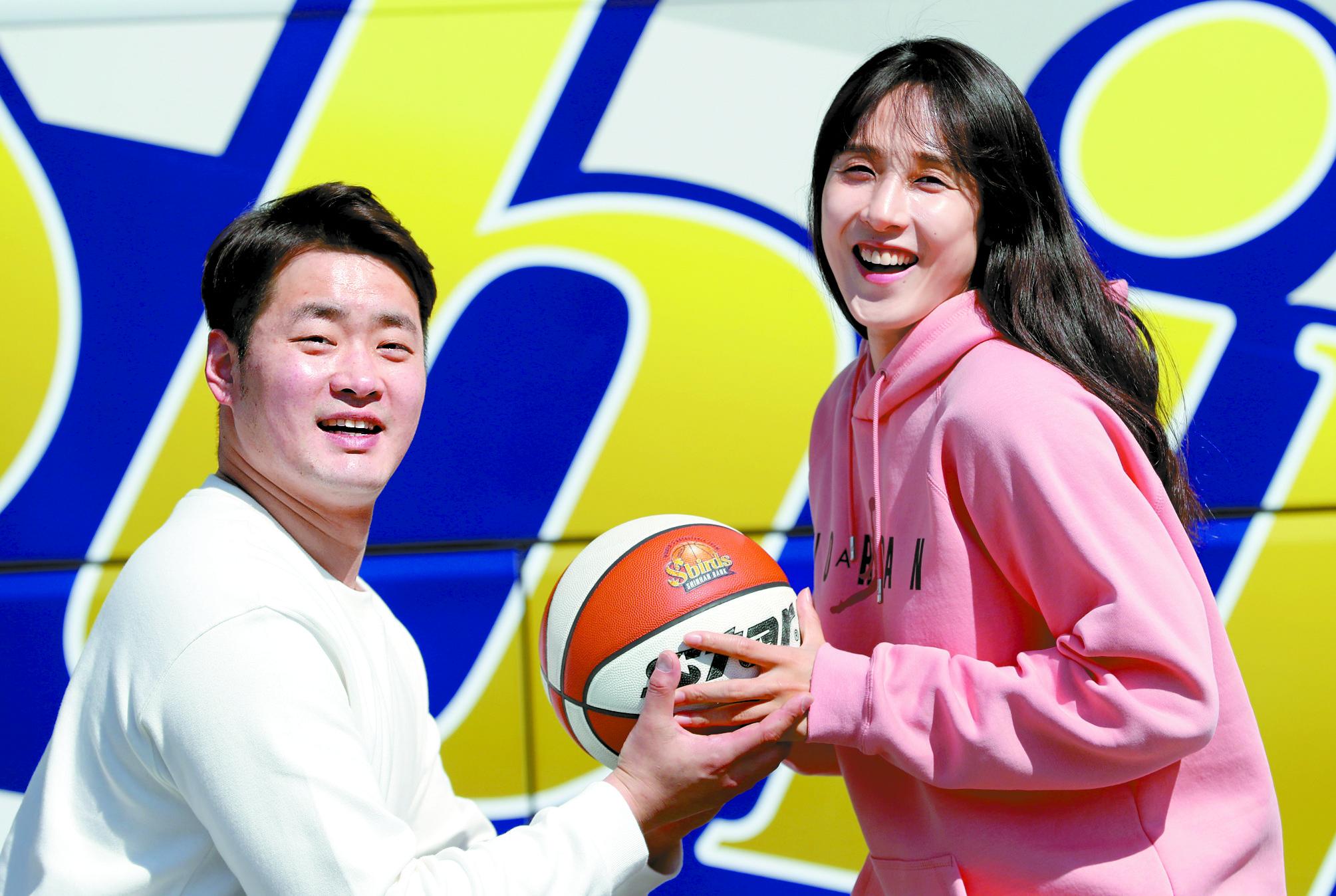 예비남편 유병진이 '4월의 신부' 김단비에게 농구공으로 프러포즈하고 있다. 최정동 기자