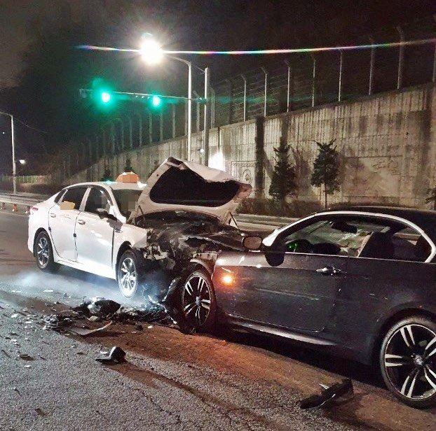 13일 0시 21분쯤 경기 부천시 원미동의 한 도로에서 음주운전을 한 BMW차량이 중앙선을 넘어 마주오던 택시와 정면충돌 했다. 택시운전사 A씨(68)가 현장에서 숨졌다. 사진 경기부천소방서