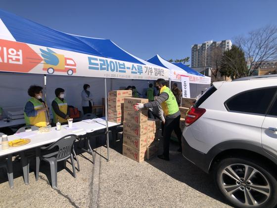 대전 대덕구자원봉사센터 봉사자들이 12일 대덕구청 광장에서 후원물품을 내리고 있다. [대덕구자원봉사센터]