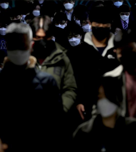 세계보건기구(WHO)가 신종 코로나바이러스 감염증(코로나19)을 '팬데믹'을 선언한 12일 오전 마스크를 쓴 시민들이 서울 신도림역을 통해 출근하고 있다. 연합뉴스