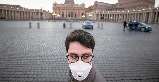 신종 코로나바이러스 감염증(코로나19) 확산으로 이탈리아 전국에 이동 제한 조치와 상점 휴업령이 내려진 11일(현지시간) 로마 성베드로 광장이 폐쇄돼 텅 비어 있다. [EPA=연합뉴스]