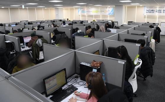 이동통신사들이 코로나19 감염을 막기 위해 콜센터 직원들의 재택근무를 늘리기로 했다. 11일 서울 질병관리본부 1339 콜센터에서 직원들이 코로나19 상담전화를 받고 있다. [사진공동취재단]
