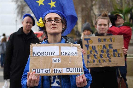 """지난 1월 31일 런던의 한 시민이 '누구도 나를 EU에서 끌어낼 수 없다""""고 적힌 피켓을 들고 브렉시트 반대 시위를 벌이고 있다. [EPA=연합뉴스]"""