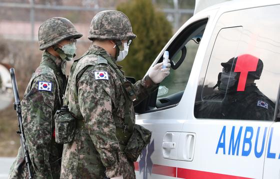 군 장병들이 신종코로나바이러스 감염증(코로나19) 예방활동의 일환으로 부대 방문 차량에 대한 발열 검사를 실시하고 있다.  [연합뉴스]