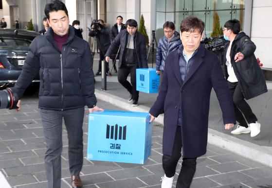지난달 19일 검찰 관계자들이 서울 여의도 IFC 내의 라임자산운용을 압수수색하고 압수물을 차로 옮기고 있다. [연합뉴스]