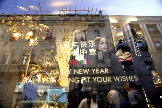 지난달 4일 이탈리아 밀라노 몬테나폴레온 쇼핑 구역의 한 명품 브랜드 매장이 춘제를 맞아 창문을 장식했다. AP=연합뉴스
