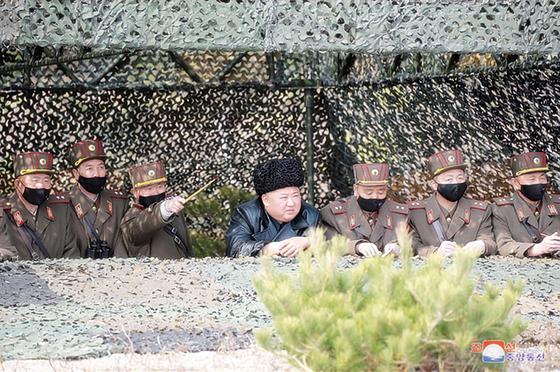 김정은 국무위원장이 12일 포병부대들의 포사격대항경기를 지도했다고 조선중앙통신이 13일 보도했다. [조선중앙통신=연합뉴스]