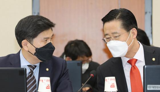 미래통합당 지상욱 의원(왼쪽)과 국민의당 이태규 의원이 5일 오후 서울 여의도 국회에서 열린 정무위 전체회의에서 이야기하고 있다. 연합뉴스
