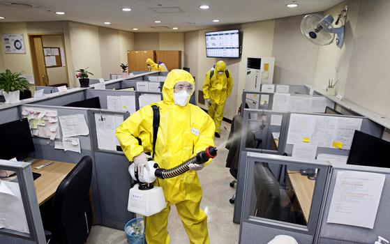 서울 동작구 동 방역소독반이 13일 흑석동 한 대학병원 콜센터에서 신종 코로나바이러스 감염증(코로나19) 확산 방지를 위해 방역을 하고 있다. [동작구청 제공]
