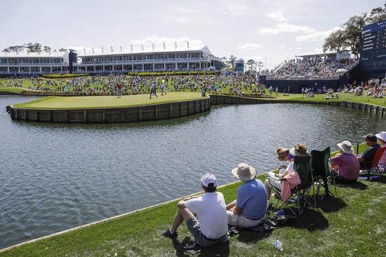 PGA 투어 플레이어스 챔피언십이 대회 도중 전격 취소됐다. 사진은 13일 대회가 열린 미국 플로리다주 폰테 베드라 비치의 TPC 소그래스 스타디움 코스의 시그니처 홀인 17번 홀에 갤러리들이 경기를 지켜보는 모습. [EPA=연합뉴스]