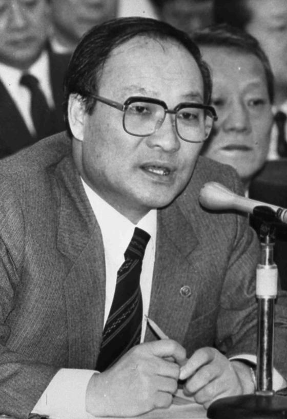 국회에서 발언하고 있는 이승윤 전 경제부총리 겸 경제기획원 장관. 중앙포토