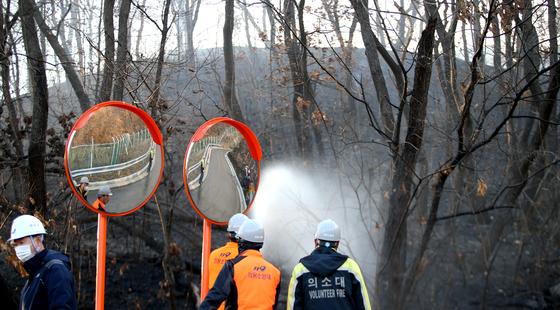 15일 오후 3시쯤 인천시 연수구 '연경산'에서 화재가 발생했다. 불은 강한 바람을 타고 해군 사격장까지 번졌다. 소방당국이 화재를 진압하고 있다. 뉴스1