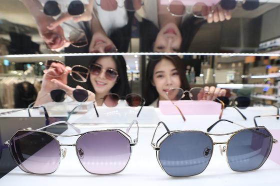롯데백화점 본점에서 판매하는 선글라스 신상품은 엘롯데, 롯데닷컴 등 온라인몰에서도 동시에 판매 중이다. [사진 롯데백화점]