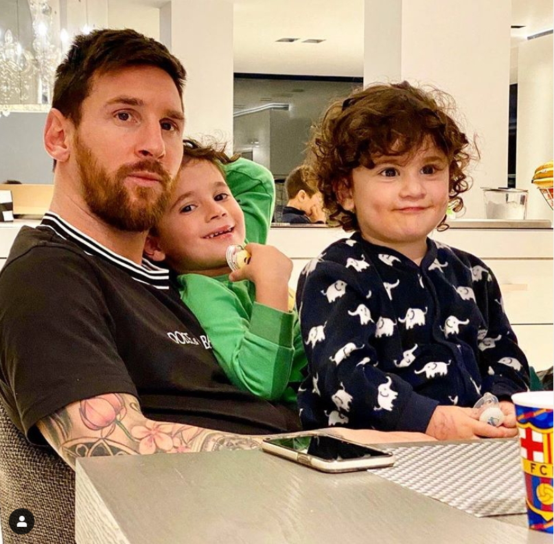 스페인 바르셀로나 리오넬 메시(왼쪽)가 인스타그램에 두 아들과 함께 집에 머무는 사진과 함께 메시지를 남겼다. [사진 메시 인스타그램]