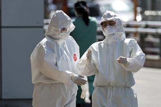 12일 오후 대구시 신종 코로나바이러스 감염증(코로나19) 지역거점병원인 계명대학교 대구동산병원에서 의료진이 근무 교대하고 있다. [뉴스1]