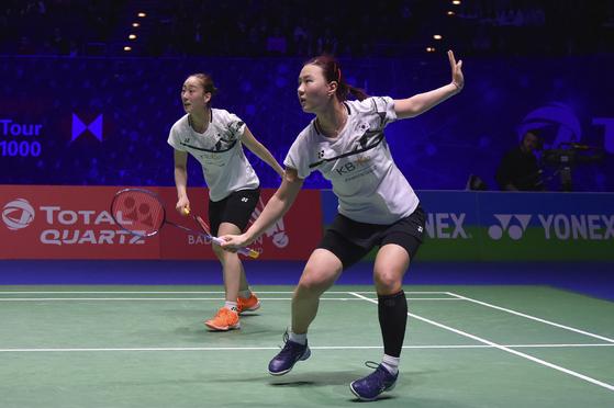 여자복식 이소희(왼쪽)와 신승찬은 14일 4강전에서 경기하고 있다. [AP=연합뉴스]