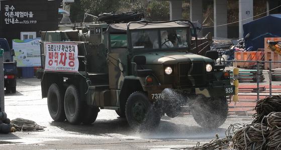 신종 코로나가 전국적으로 확산되고 있는 지난 2월27일 부산 기장군은 육군 53사단 화생지원대대의 방역차량을 지원 받아 부산 기장군 공수마을에서 방역활동을 하고 있다. 송봉근 기자