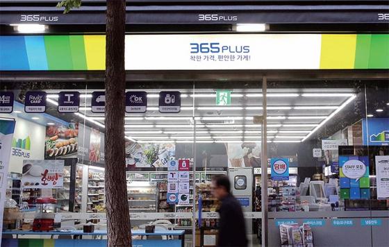 '착한 가격, 편안한 가게!' 슬로건을 내건 홈플러스의 편의점 브랜드 '365플러스' 서울 테헤란로점. 직영점으로 운영하던 이 매장은 2017년까지 운영하고 문을 닫았다.