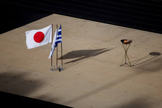 지난 14일(현지시간) 그리스 아테네 파나티나이코 경기장에 도쿄올림픽 성화가 도착했다. 당초엔 그리스 전역을 돈 뒤 도착할 예정이었지만 전날 성화봉송 릴레이가 전격 중단됐다. [로이터=연합뉴스]