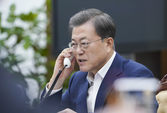 문재인 대통령이 13일 오후 청와대 여민관에서 에마뉘엘 마크롱 프랑스 대통령과 전화 통화하고 있다. 연합뉴스