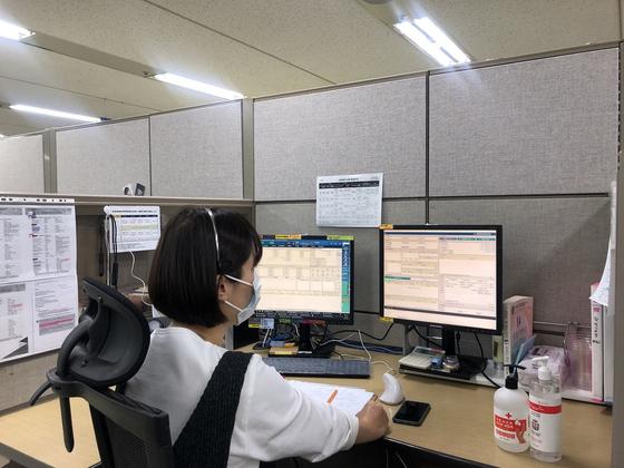 신한은행이 신종 코로나바이러스 감염증(코로나19) 확산을 막기 위해 은행권 처음으로 고객상담센터(콜센터) 직원들의 재택근무를 시행한다고 15일 밝혔다. 신한은행