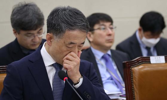박능후 보건복지부 장관이 12일 국회 보건복지위원회 전체회의에 출석해 의원 질의를 듣고 있다. 오종택 기자