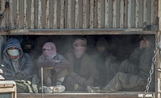 이슬람 극단주의 테러조직인 이슬람국가(IS)는 최근 인터넷 소식지 알 나바를 통해 조직원들에게 신종 코로나바이러스 감염증(코로나19) 경계령을 내렸다. IS는 세력이 급격히 위축됐지만 이라크와 시리아 등지에서 여전히 활동 중이다. 사진은 지난해 2월 20일 쿠르드족 민병대가 주축인 시리아민주군(SDF)에 항복한 IS 조직원들. [AFP=연합뉴스]