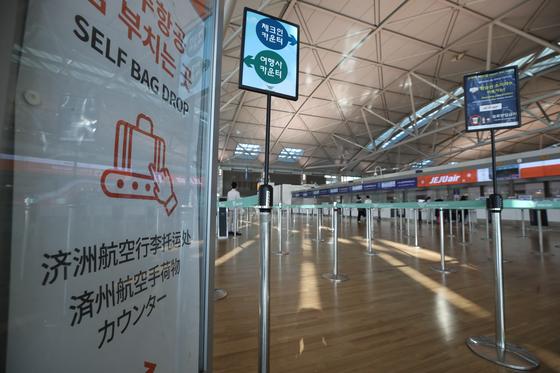 지난달 5일 인천국제공항 1터미널 저비용항공사(LCC) 탑승수속 카운터가 한산한 모습을 보이고 있다. 연합뉴스