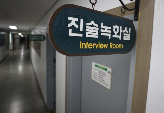 자신의 아내와 아들을 흉기로 휘둘러 숨지게 한 A씨가 14일 오후 경남 진주경찰서 진술 녹화실에서 조사를 받고 있다. 연합뉴스