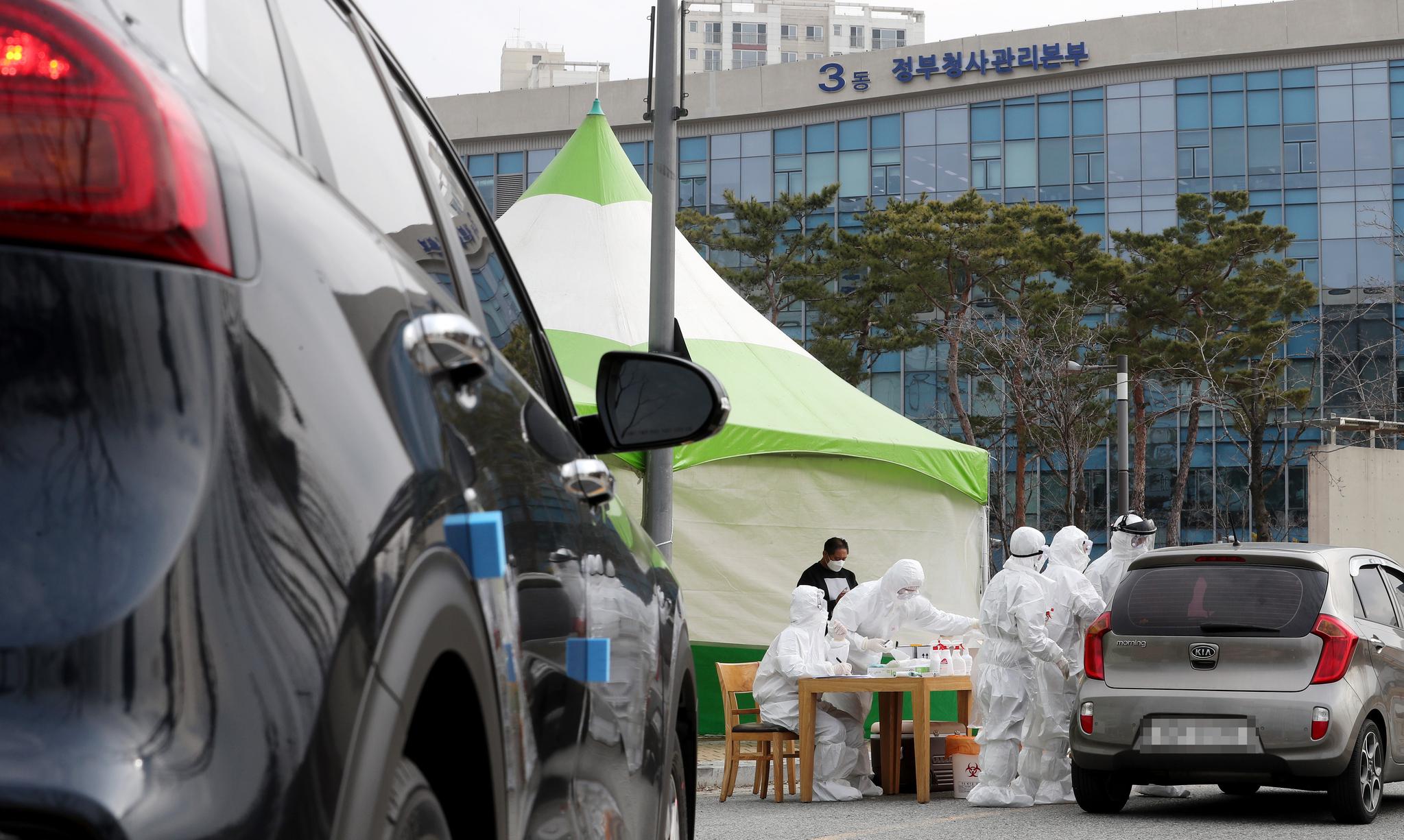13일 세종시 정부세종청사에 설치된 드라이브 스루 선별진료소에서 시민들이 검사받고 있다. 연합뉴스