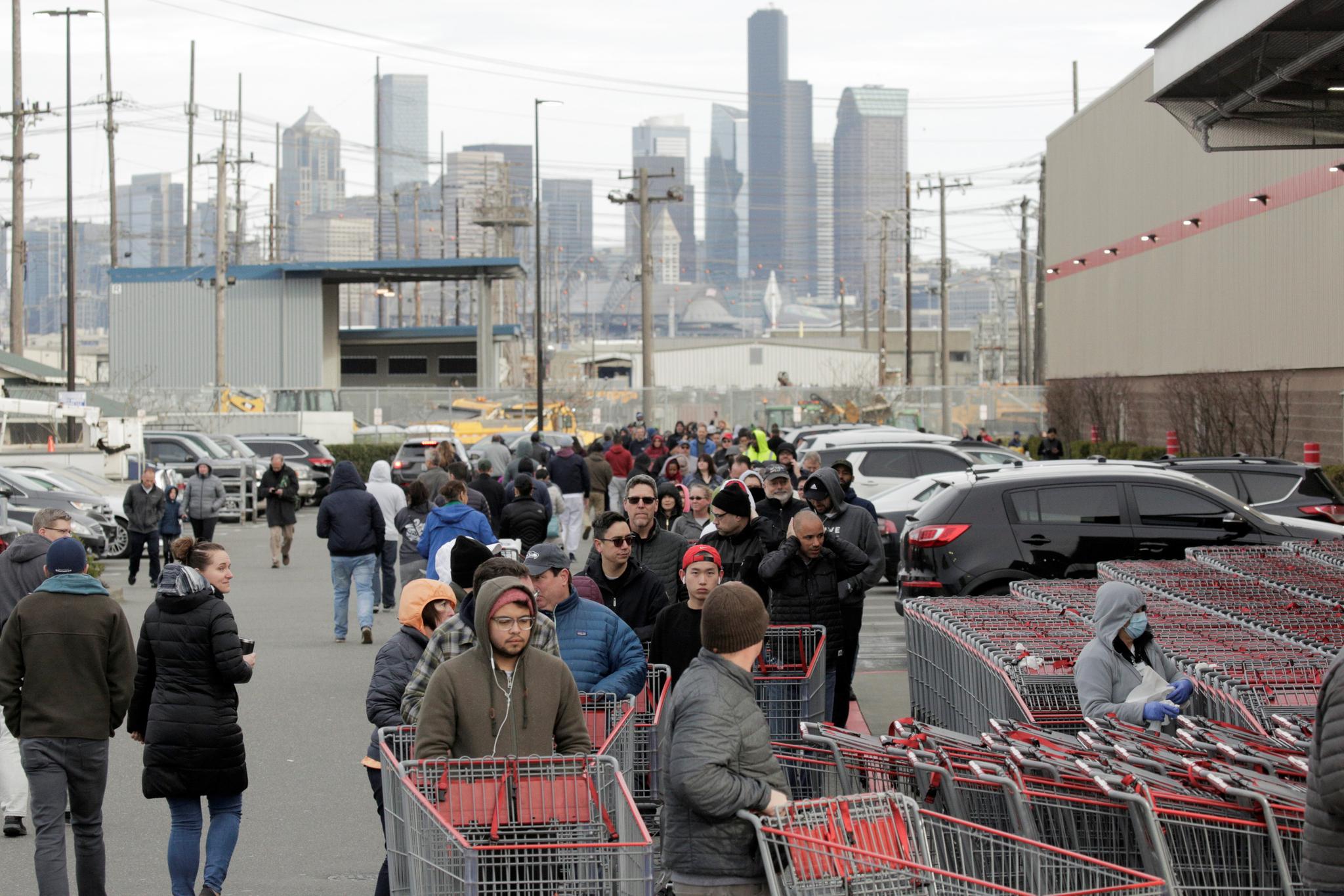 14일(현지시간) 미국 워싱턴 주 시애틀의 코스트코 매장에 시민들이 생필품을 사기 위해 줄을 서고 있다. 로이터=연합뉴스