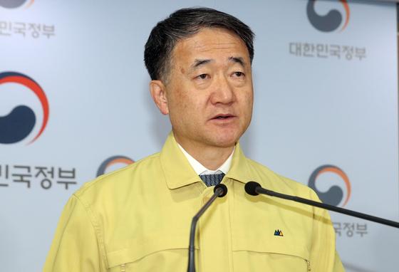 박능후 중앙재난안전대책본부 1차장(보건복지부 장관)이 15일 오후 서울 종로구 정부서울청사에서 '신종 코로나바이러스 감염증(코로나19) 대응 중대본 정례 브리핑'을 하고 있다. 뉴스1