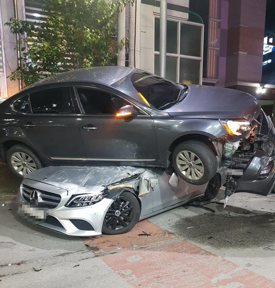 지난 12일 오후 9시 23분께 광주 서구 치평동 한 이면도로에서 음주 사고를 낸 A(30)씨의 차량이 2차 사고 끝에 다른 승용차 위로 올라가 있다. 연합뉴스