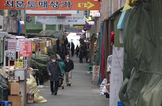 대구 및 경북 일부 지역이 특별재난지역으로 선포된 15일 오후 대구 서문시장이 한산하다. [연합뉴스]
